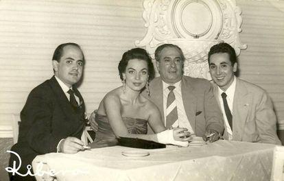 Lasso de la Vega en una fotografía tomada en los años cincuenta junto a la vedette Carmen de Lirio y Antonio Amaya.