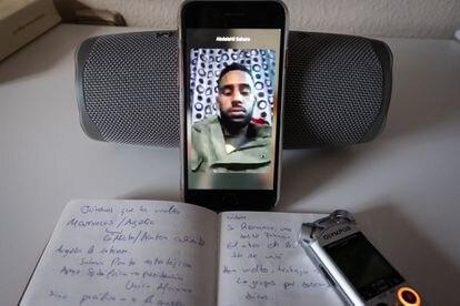 Abadalhi Chaker habla con un familiar por videollamada que está en los campamentos de Tinduf.