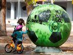 Dos niñas juegan en el Barrio del Puerto, este lunes, en el municipio madrileño de Coslada.
