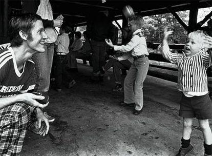 Bruce E. Ivins juega con unos niños, en una imagen tomada en 1983, en Maryland, en el este de Estados Unidos.
