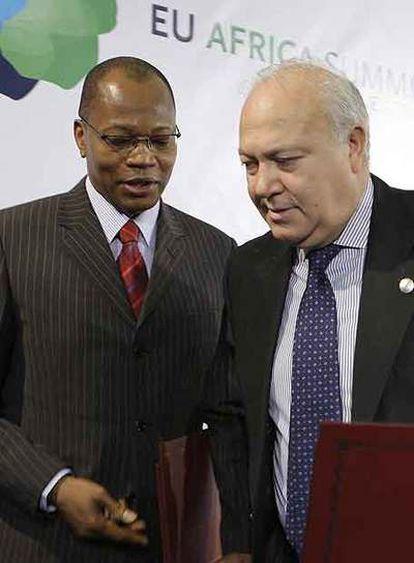 El ministro de Exteriores español, Miguel Ángel Moratinos (derecha) y Mohamed Ibn, presidente de la Comunidad Económica de África occidental.