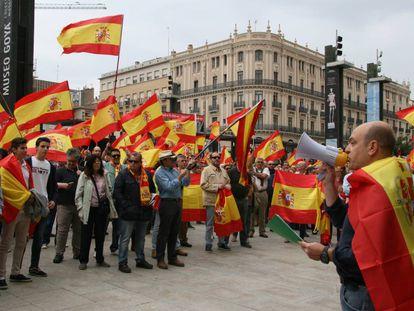 Concentración frente al Ayuntamiento de Zaragoza en contra del referéndum catalán.