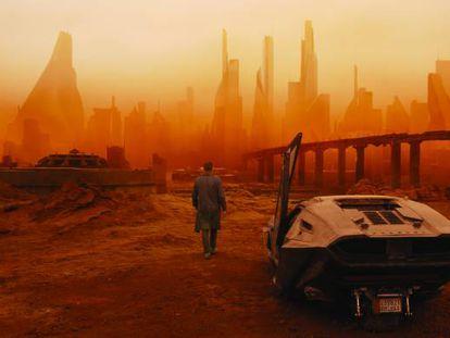 Fotograma de la nueva secuela de la película Blade Runner, situada en 2049.