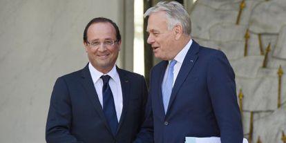 Hollande y Ayrault en el Eliseo tras el seminario celebrado este lunes.