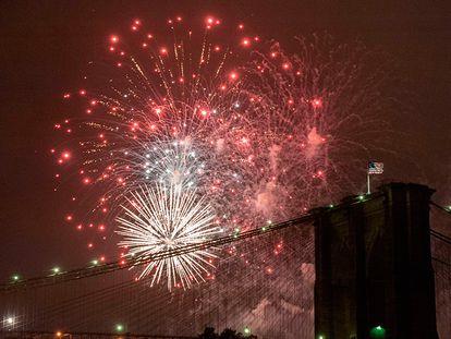 Fuegos artificiales sobre el puente de Brooklyn en Nueva York (EE UU), durante las celebraciones del 4 de Julio.