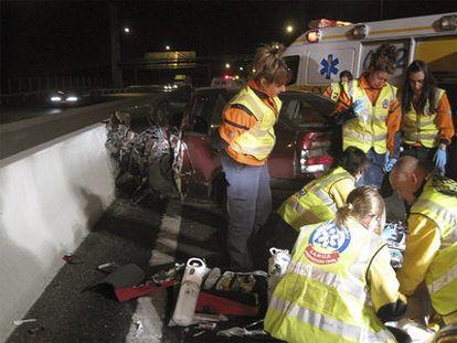 Sanitarios del SAMUR atiendan al conductor fallecido en la M-40.