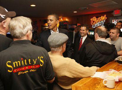 Barack Obama charla con algunos clientes de un restaurante de Elyria, en el Estado de Ohio, donde hizo una breve parada.