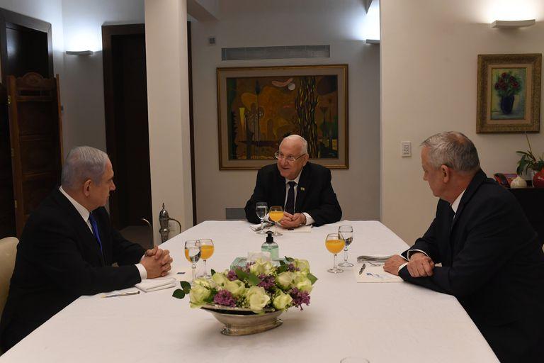 El presidente de Israel, Reuven Rivlin, en el centro, con Netanyahu (izquierda) y Gantz, el pasado 15 de marzo.