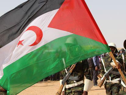Tropas saharauis con la bandera de la RASD.