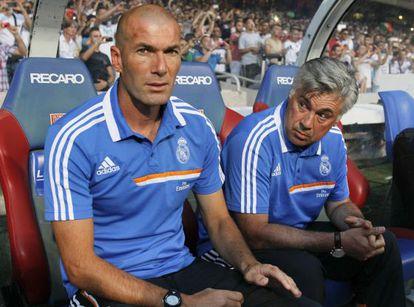 Zidane junto a Ancelotti en el banquillo del Real Madrid.