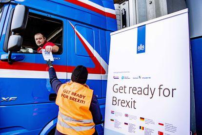 Entrega de folletos explicativos en el puerto de Róterdam en previsión del Brexit efectivo, el pasado diciembre.