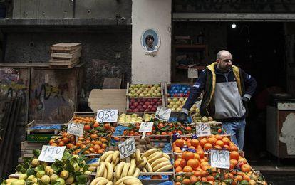 Una foto de Maradona preside una frutería del barrio de Forcella.