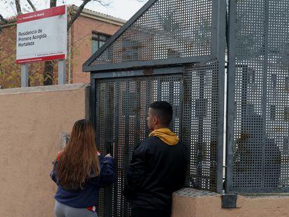 Dos menores acceden al centro de Hortaleza el pasado diciembre.