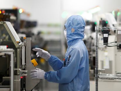 Un empleado en una fábrica de semiconductores de Renesas en Pekín, el año pasado.