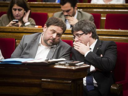 Junqueras con Puigdemont este miércoles en el Parlament.