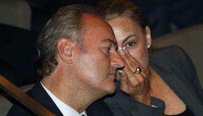 Alberto Fabra conversa con la alcaldesa de Alicante, Sonia Castedo, durante la inauguración de la jornada de emprendedores.
