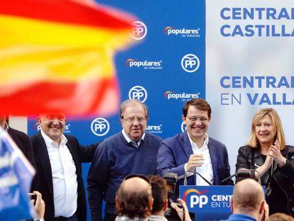 El presidente de la Junta, Fernández Mañueco, con el expresidente Juan Vicente Herrera y la candidata a la alcaldía de Valladolid.
