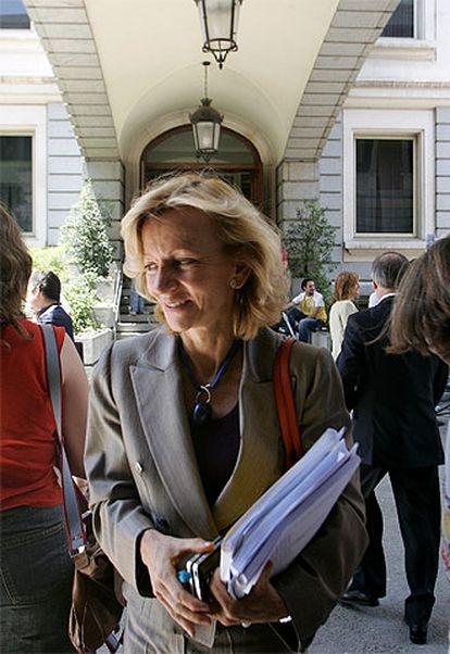 La ministra de Sanida y Consumo, Elena Salgado, tras el Pleno del Congreso de los Diputados.
