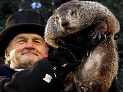 El miembro del Club de la Marmota John Griffiths muestra a la marmota Phil el 2 de febrero de 2017.