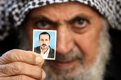 El padre de Mabhuh sostiene una fotografía del fundador del brazo militar de Hamas, presuntamente asesinado por Israel.