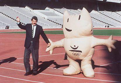 Maragall, que era el alcalde de Barcelona en aquella época, junto a Cobi, mascota de los Juegos Olímpicos del 92.