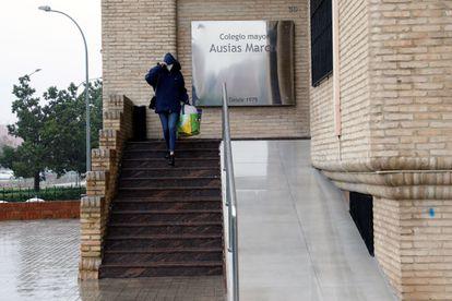 Entrada del colegio mayor Ausias March de Valencia que permanecerá aislado hasta el día 1.