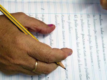 La alumna Dolores Fernández, tras escribir la palabra historia.
