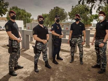 Cinco de los policías que participaron en la evacuación de Kabul, el martes en la base del GEO en Guadalajara.