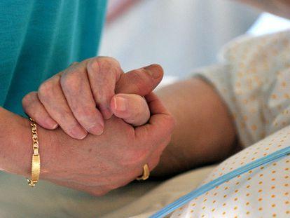 Sus familiares mientras, apenas pueden llegar a final de mes, puesto que los fármacos para el cuidado de Ana María son demasiado caros.