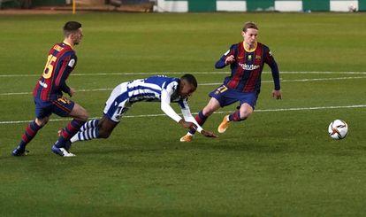 Isak y De Jong disputan el balón durante el encuentro.