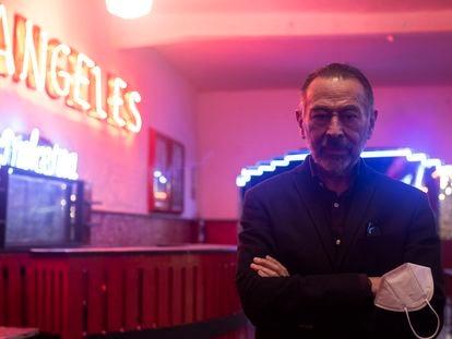 Miguel Nieto, en el salón Los Ángeles, vacío y cerrado por la covid-19.