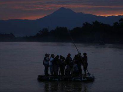El paso ilegal de cientos de migrantes cada día por el río en la frontera sur de México continúa y cuestiona la capacidad del Gobierno para frenar la ola migratoria en los plazos que prometió a EE UU