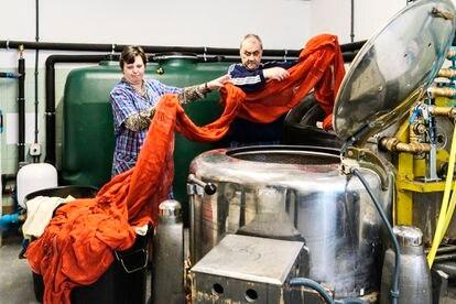 El matrimonio formado por Antonio y Mari Carmen, en la lavandería de la que él es responsable.
