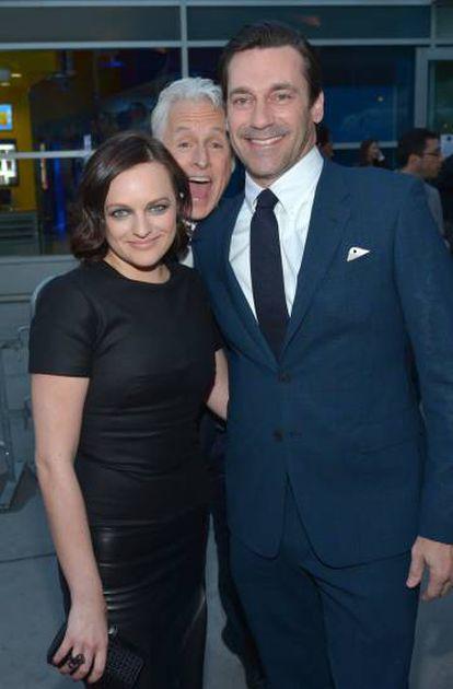 Elisabeth Moss John Slattery, en el centro, y Jon Hamm, compañeros de reparto 'Mad Men', en Los Ángeles en 2014.
