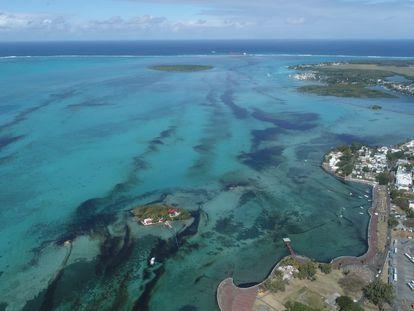 Imagen aérea de la marea de petróleo junto a las costas de la isla Mauricio.