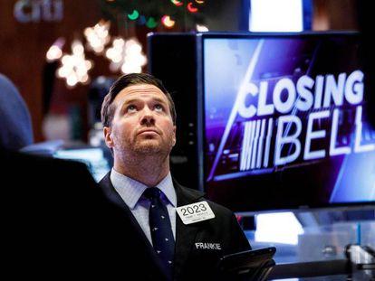Un corredor bursátil observa las noticias financieras al final de la sesión