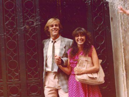 """Chelo Vivares y Juan Ramón Sánchez se conocieron a finales de los setenta, cuando ella sustituyó temporalmente a una de las integrantes del grupo musical Red de San Luis, del que él era miembro. Se casaron en septiembre de 1979, ella ya sabía que sería Espinete en Barrio Sésamo, pero a él le comunicaron que sería Chema unos días después. """"Fue un regalo de bodas"""", recuerda la actriz a quien nunca le importó que fuese a él a quien los niños paraban por la calle. """"No dar la cara tiene sus ventajas"""", opina."""