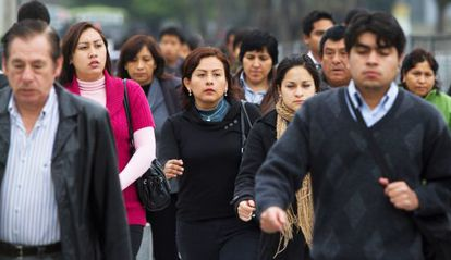 Peruanos caminando en la calles de San Isidro, Lima.