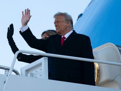Donald y Melania Trump ayer en el Air Force One para trasladarse a Florida.