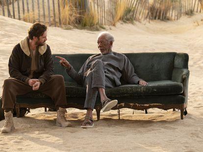 Dan Stevens y Morgan Freeman, en un capítulo de 'Solos'.