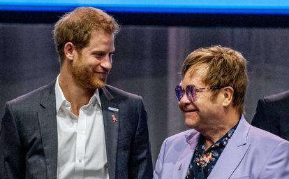 El cantante Elton John y el príncipe Enrique de Inglaterra en la conferencia contra el Sida celebrada en La Haya.