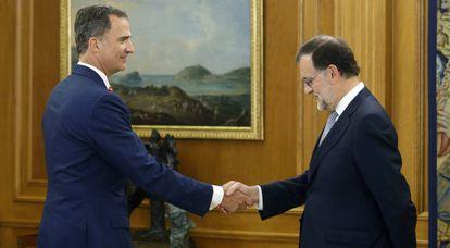 El rey Felipe VI saluda a marano Rajoy durante la anterior ronda de contactos.