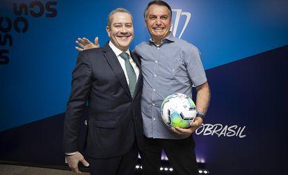 Rogério Caboclo, presidente de la Confederación Brasileña de Fútbol, junto con el presidente Jair Bolsonaro.