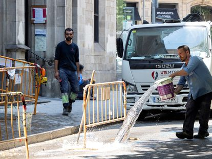Dos trabajadores, este jueves, en Barcelona.