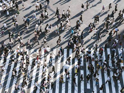 Peatones caminando por el cruce el de Shibuya, el más transitado del mundo.