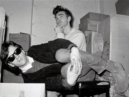 Johnny Marr y Morrissey, integrantes de The Smiths, en el trastero de la tienda de discos londinense Rough Trade, en 1983.