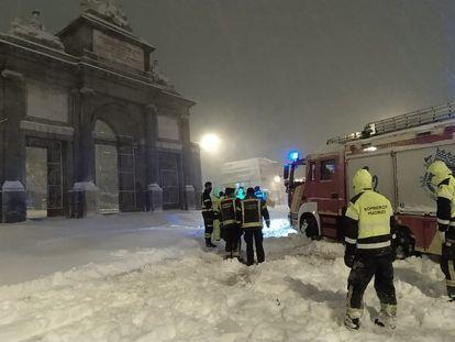 Un coche de bomberos municipal atrapado en la Puerta de Toledo de Madrid en la madrugada del sábado.