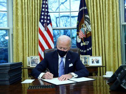 Joe Biden firma varias órdenes ejecutivas en el Despacho Oval de la Casa Blanca, este miércoles.