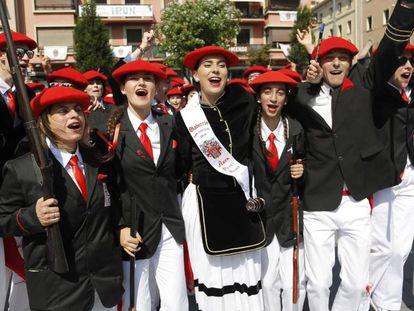 Integrantes del alarde mixto celebran hoy su participación en el desfile de Irún.