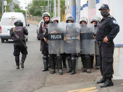 Un grupo de policías resguarda las instalaciones de la Fiscalía en Managua, Nicaragua, el pasado 8 de junio.